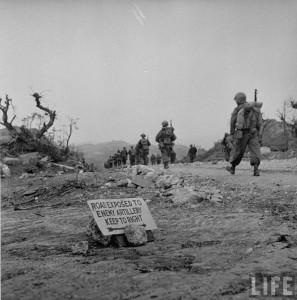 Marines américain durant la bataille d'Okinawa dans les iles Ryukyu en 1945