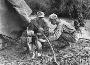 Soldat genie US pompe eau 1944 Italie par Margaret Bourke White