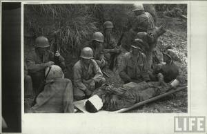 Soldats US durant la bataille des iles d'okinawa par Eugene Smith pour LIFE