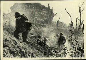 Soldats US durant l'assault des Iles d'okinawa en 1945
