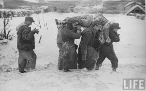 Transport de mort américain par des prisonniers allemands février 1944 à bastogne
