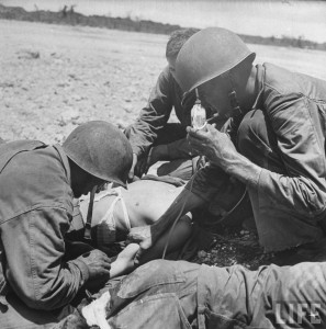 premier soin bataille guam 1944 par Eugene Smith