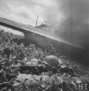 soldat us couvert carcasse avion guam 1944 par Eugene Smith