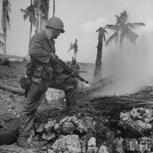 soldat us inspecte trou d'homme bataille guam 1944 par Eugene Smith